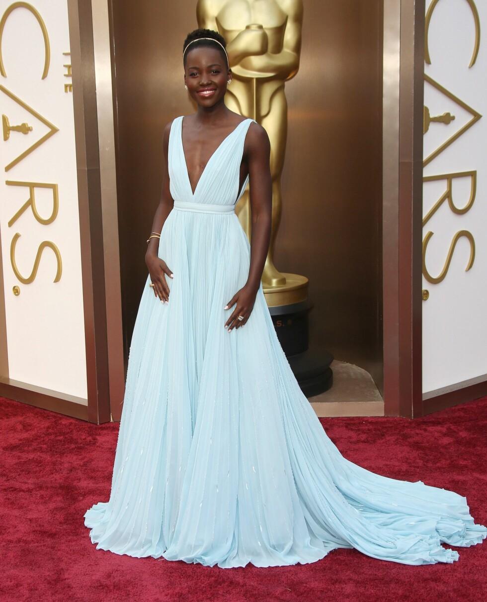 Nykommeren og Oscar-nominerte Lupita Nyong'o (31) var ikledd en vakker lys blå chiffonkjole med dristig utringning. Foto: REX/Jim Smeal/BEI/All Over Press