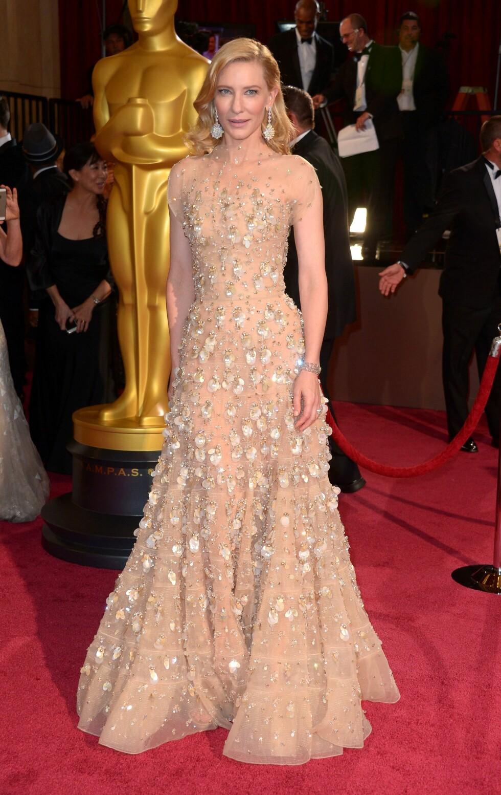 Cate Blanchett (44) gjorde entre i en lekker nudefarget Georgio Armani-kreasjon. Foto: REX/Stewart Cook/All Over Press