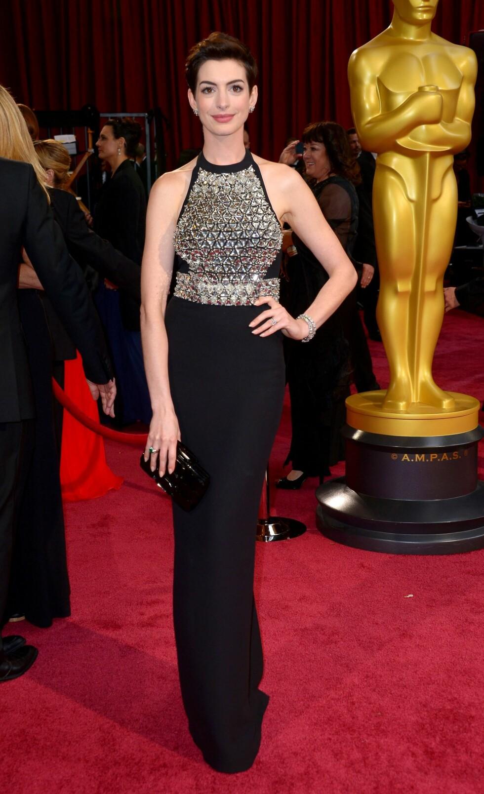 Anne Hathaway (31) valgte en svart kjole med sølvdetaljer. Foto: REX/Stewart Cook/All Over Press