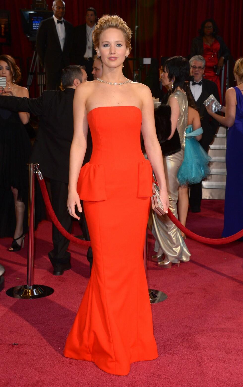 Jennifer Lawrence (23) kom i en knallrød stroppeløs Dior-kjole. Foto: REX/Stewart Cook/All Over Press