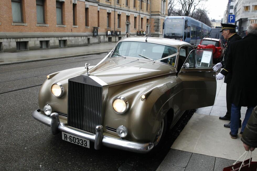 ELEGANT: En stilig Rolls Royce fraktet bruden med stil fra Hotel Continental i Oslo sentrum og til Ris kirke på byens vestkant. Foto: Andreas Fadum, Se og Hør