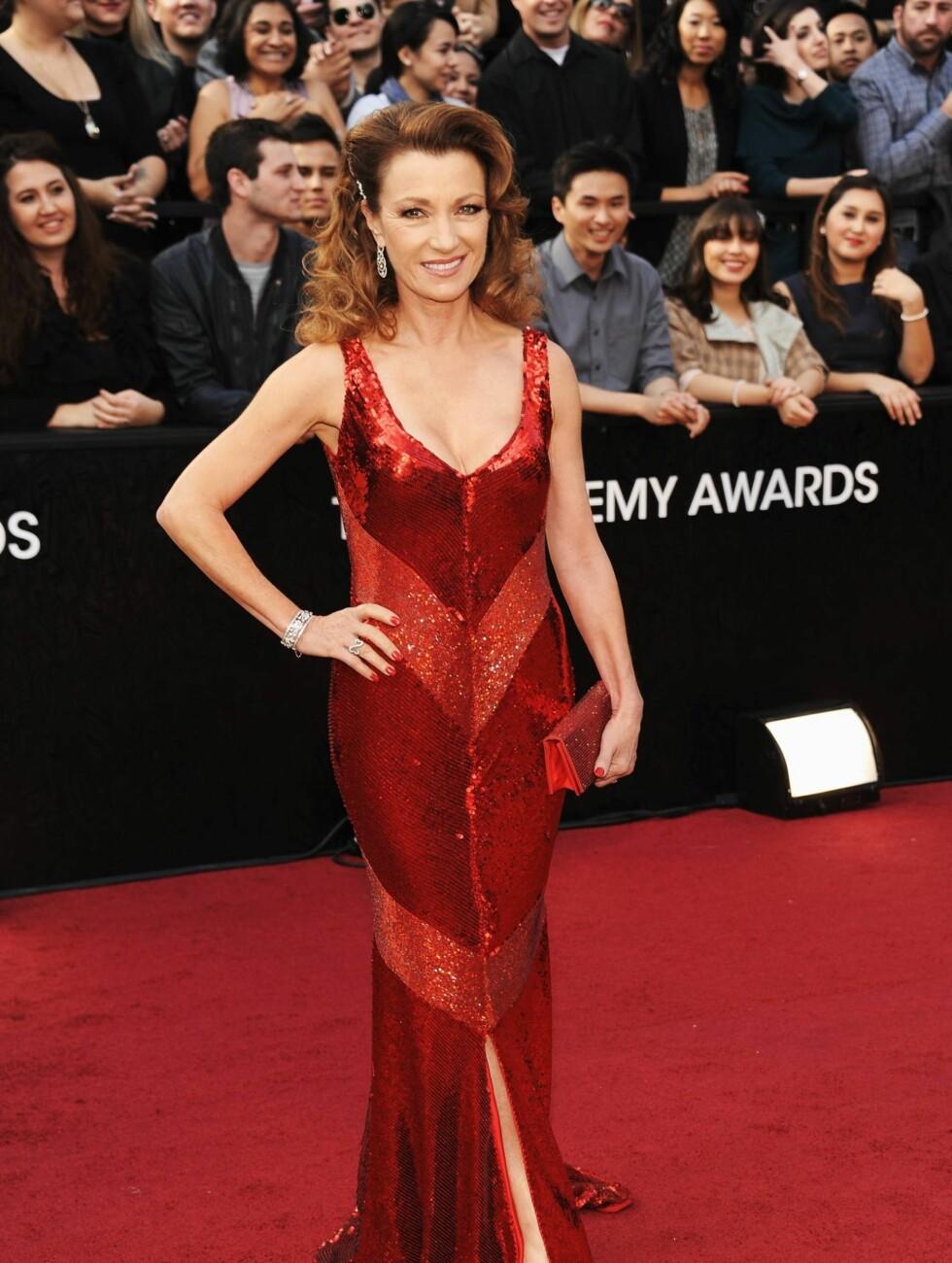 SEXY I RØDT: Jane Seymour kom i rød paljettkjole med høy splitt og dyp utringning.  Foto: All Over Press