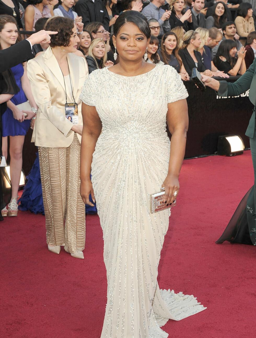 "LANG KJOLE: Den Oscar-nominerte skuespilleren fra ""The Help"" Octavia Spencer hadde valgt en lang, hvit kjole med paljetter fra Tadashi Shoji.  Foto: All Over Press"