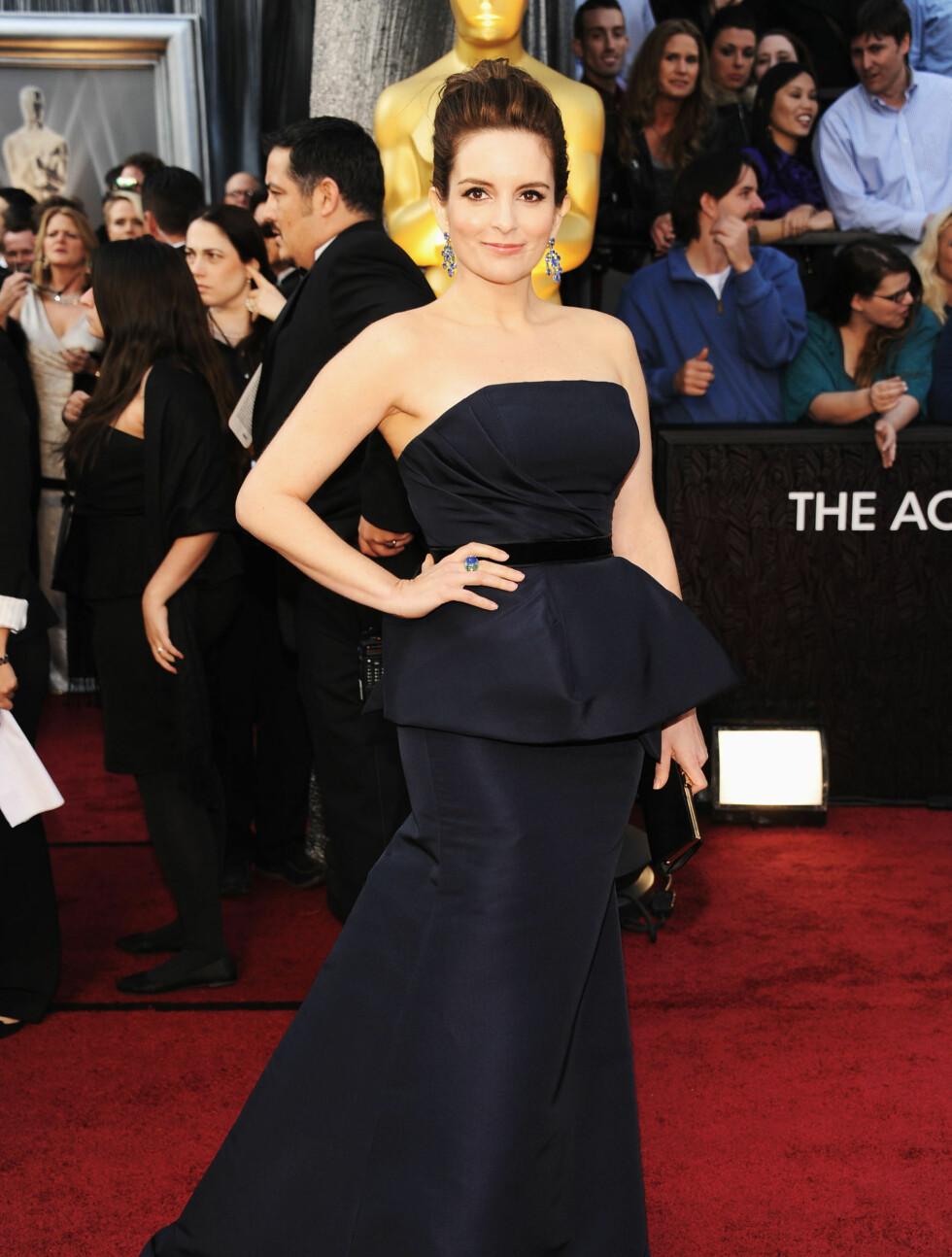 FIKK SKRYT: Komikeren Tina Fey fikk skryt av amerikanske moteeksperter for sin blå kjole fra Carolina Herrera.  Foto: All Over Press