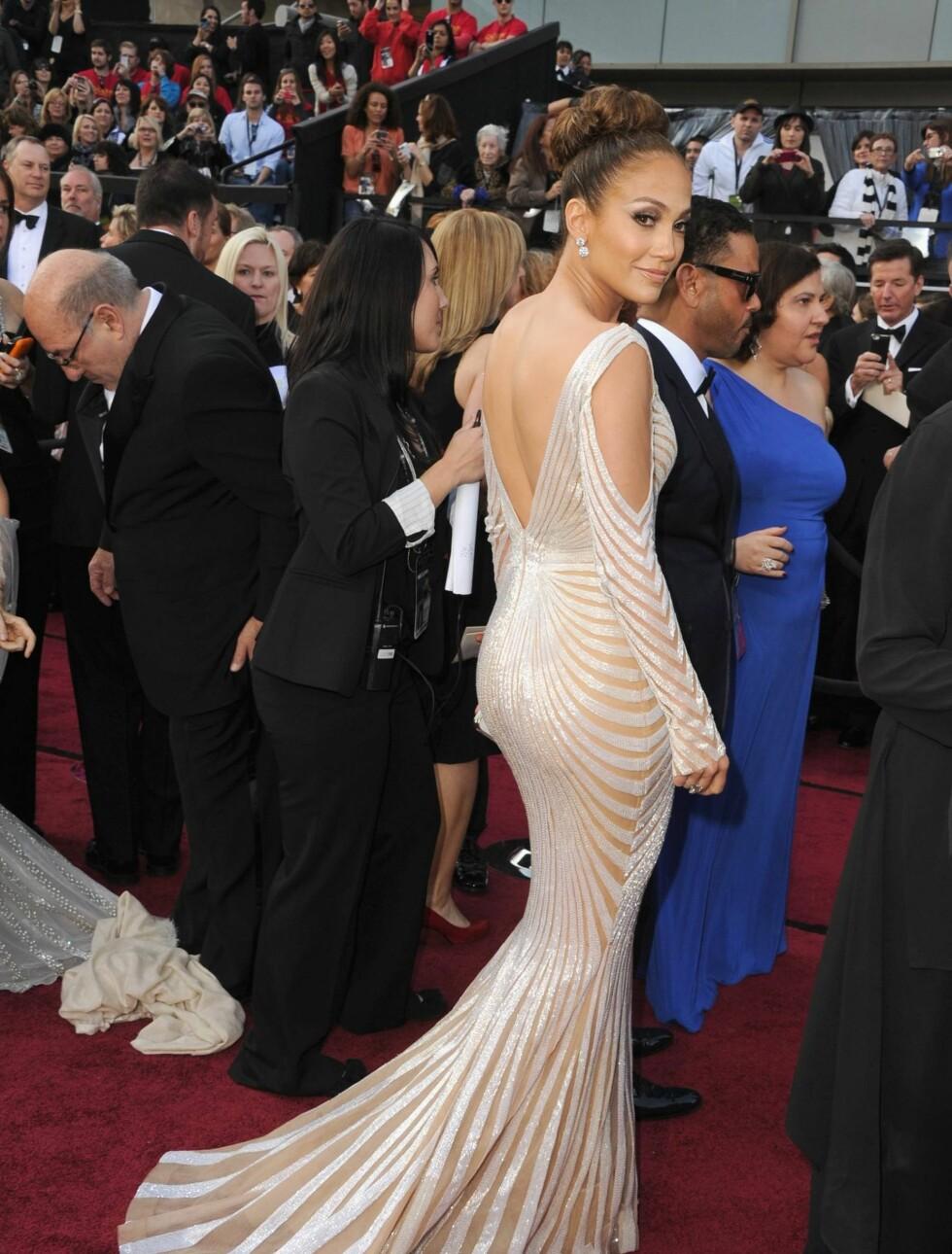 SLAKTES: Moteeksperter likte ikke den avslørende kjolen til Jennifer Lopez, som flere beskrev som vulgær. Kjolen er designet av Zuhair Murad. Foto: All Over Press