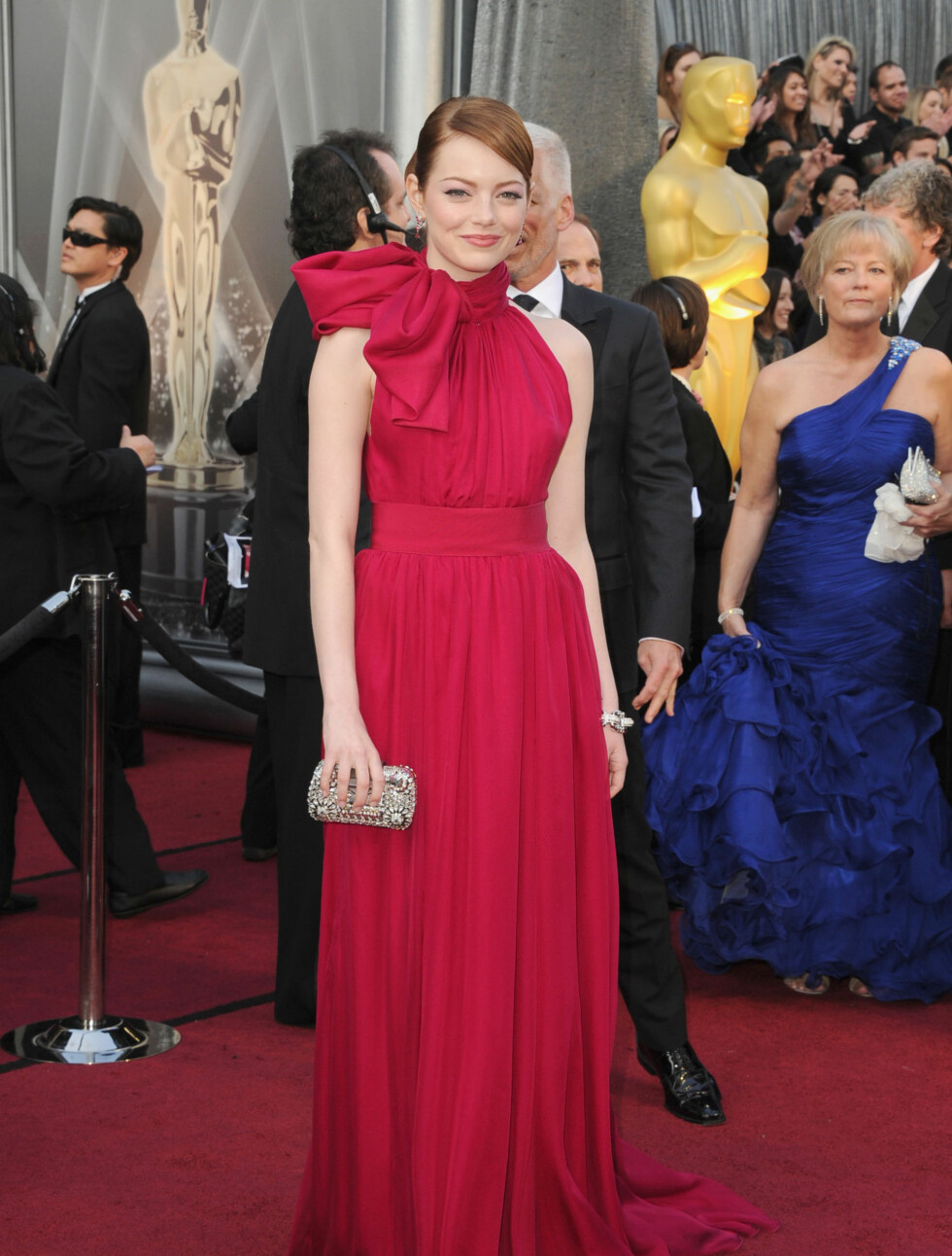 """PAKKET INN: """"The Help""""-stjernen Emma Stone hadde en rød kjole med stor sløyfe i halsen fra Giambattista Valli.  Foto: All Over Press"""