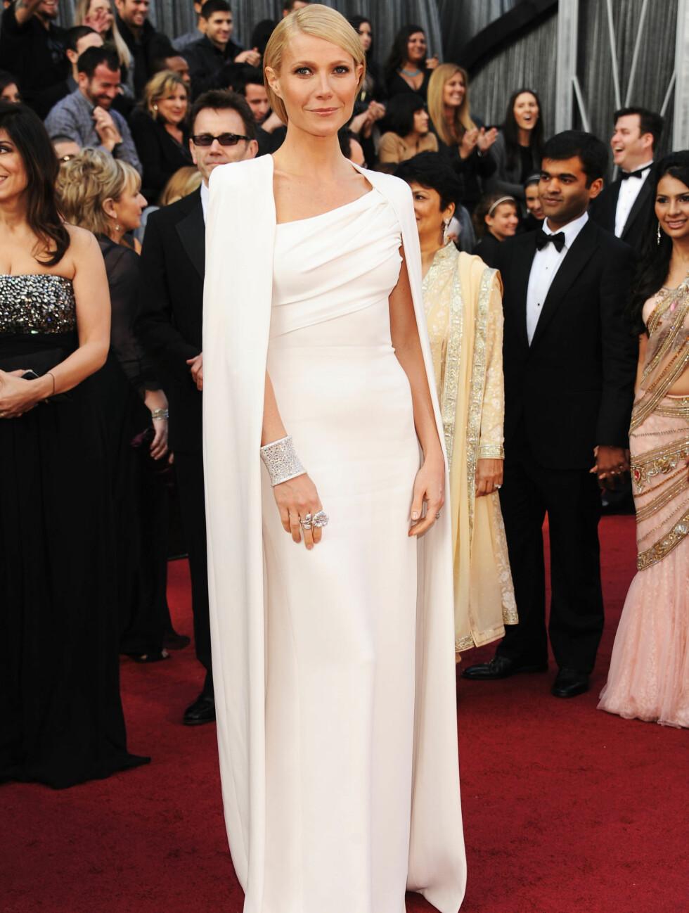 KJOLEFAVORITT: Gwyneth Paltrow kom i en stilren, hvit kjole fra Tom Ford og blir allerede hyllet som en av kveldens best kledde.  Foto: All Over Press