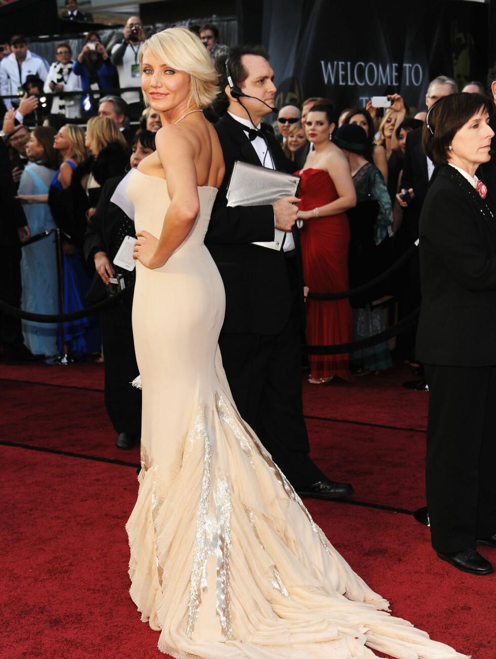 TUNG KJOLE: Cameron Diaz fortalte at slepet på Gucci-kjolen var litt tung, men den sexy kreasjonen viste frem skuespillerens flotte kropp.  Foto: All Over Press