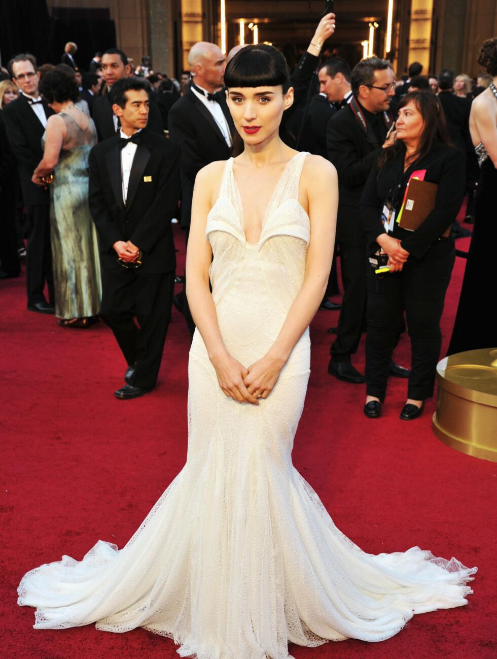 FÅR SKRYT: Rooney Mara får skryt får sin elegante kjole fra Givenchy og hylles blant annet for sin kontrastfylte stil.  Foto: All Over Press