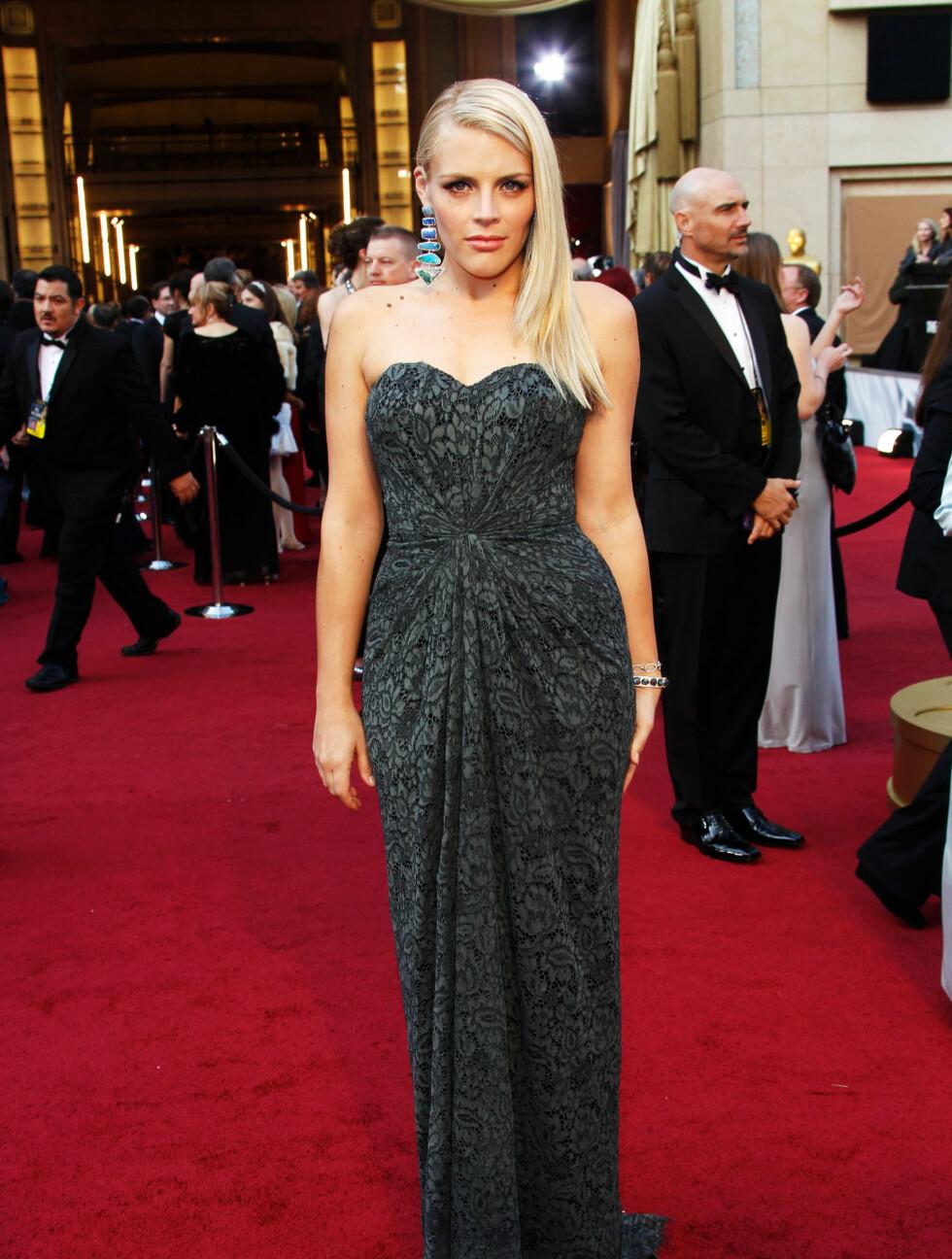GRÅTT: Busy Phillips kom i en lang grå kjole.  Foto: All Over Press