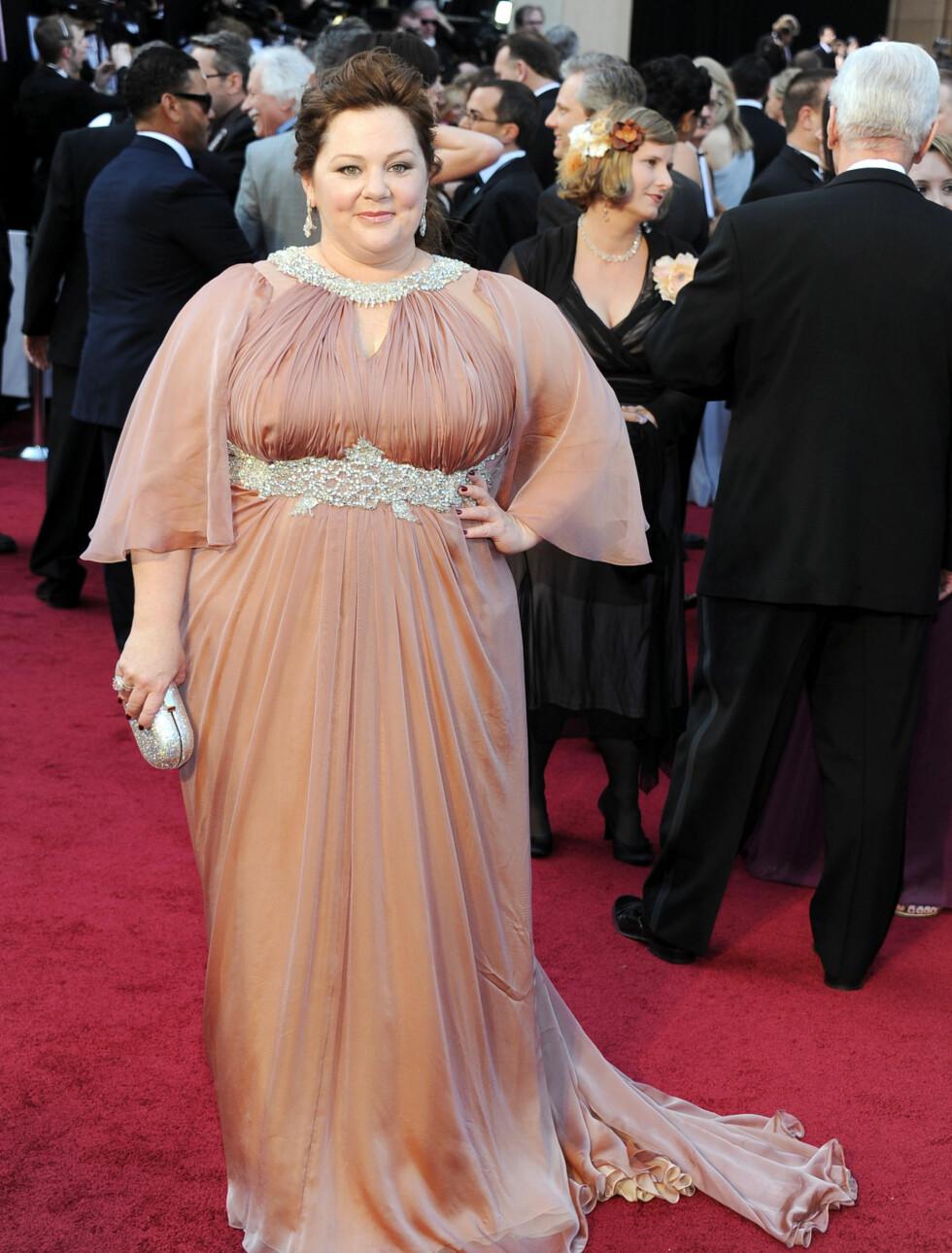 "I SLIKE: Melissa McCarthy er Oscar-nominert for ""Bridesmaids"" og kom i en pudderrosa silkekjole fra Marina Rinaldi. Foto: All Over Press"