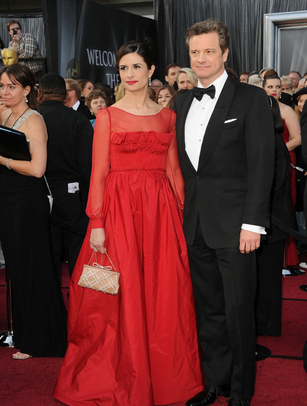 KLASSISK: Colin Firth valgte klassisk smoking, mens konen Livia Giuggioli valgte en rød kjole.  Foto: All Over Press