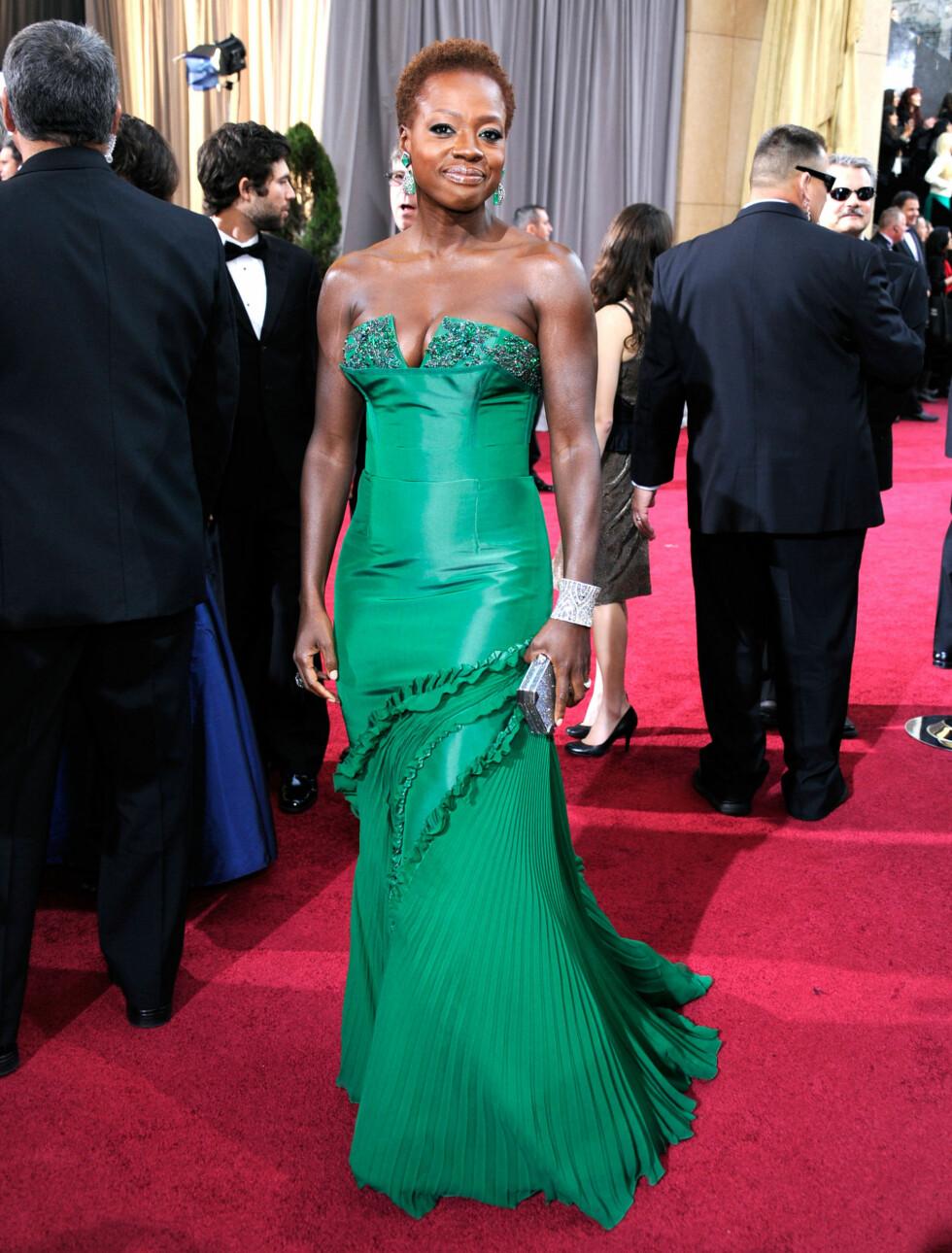 """DROPPET PARYKK: """"The Help""""-stjernen Viola Davis droppet parykken og strålte i en smaragdgrønn kjole fra Vera Wang.  Foto: All Over Press"""