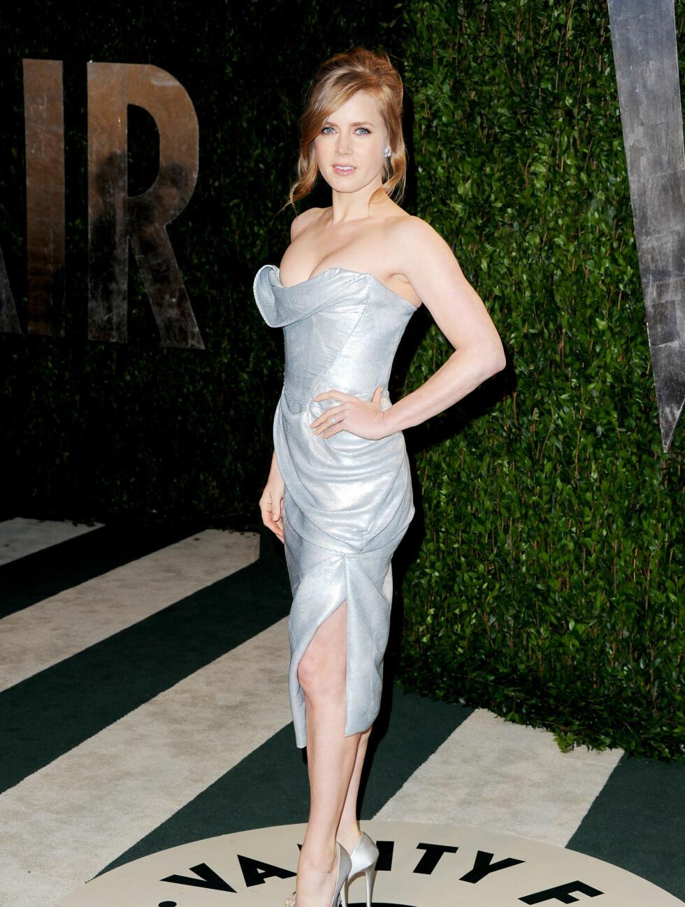 DYP KLØFT: Amy Adams kom på Oscar-fest i en sølvgrå kjole med svært dyp utringning. Foto: All Over Press