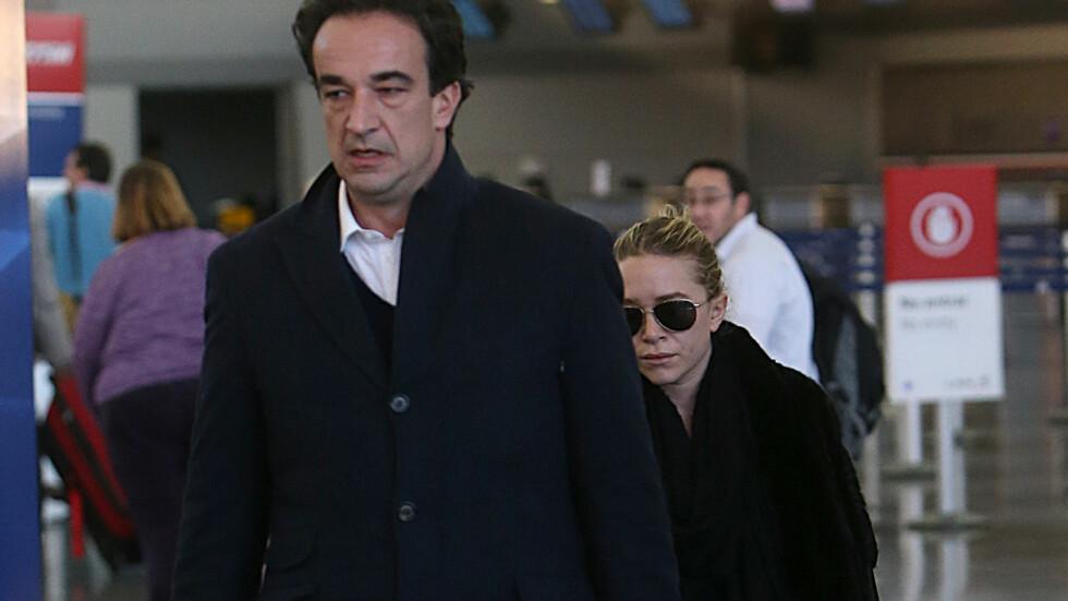 KLARE FOR BRYLLUP: Mary-Kate Olsen og Olivier Sarkozy skal ha forlovet seg etter snart to år sammen. Her er paret avbildet på JFK-flyplassen.  Foto: Turgeon-Steffman/Splash News/AOP