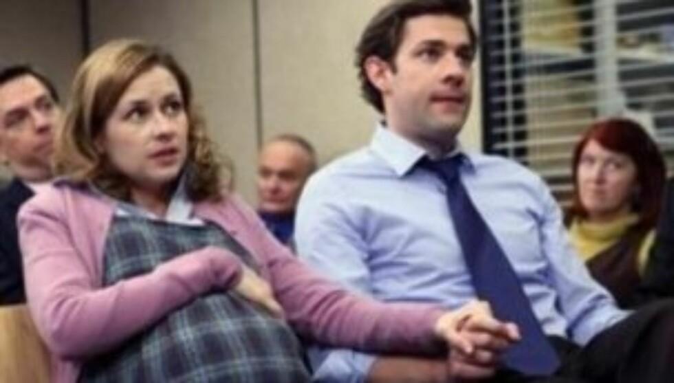 <strong>I SERIEN:</strong> Jenna Fischer spiller «Pam» i suksess-serien «The Office» som for andre gang har blitt gravid med kollega og ektemann «Jim Halpert». Jenna var gravid på ekte samtidig som hun spilte den gravide kontordamen. Foto: nbc.com