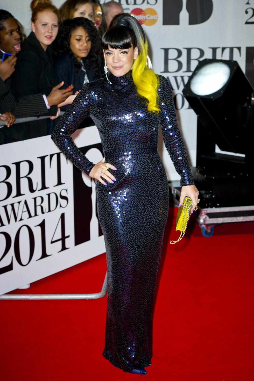 PÅ PRISUTDELINGEN: Lily Allen kom til Brit Awards i en fotsid blå kjole. Foto: Empics Entertainment/All Over Pr