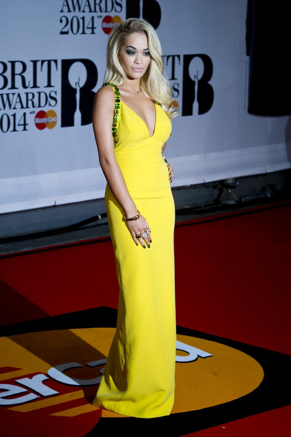 GULT: Rita Ora strålte i en kanarigul kjole på den røde løperen. Foto: Empics Entertainment/All Over Pr