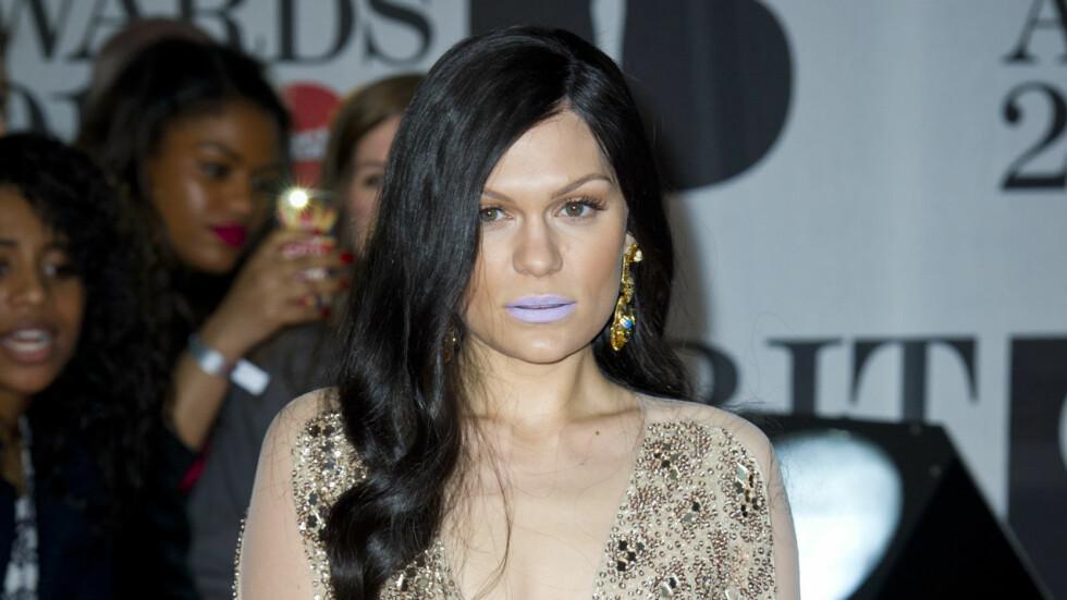 TABBE: Sangeren Jessie Jane angret etter at hun så bilder av seg selv med lilla leppestift under den britiske musikkfesten Brit Awards onsdag. Foto: Empics Entertainment/All Over Pr