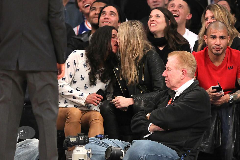 KLINTE TIL: Rodriguez og Delevigne lot seg fotografere i hete omfavnelser på en Knicks-kamp i New York. Foto: Wenzelberg/NY Post/Splash News/A