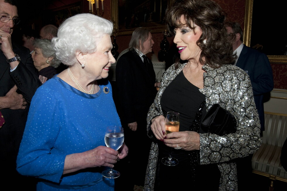 DIVA: Dronning Elizabeth møter Joan Collins. Foto: PA Wire/Press Association Images