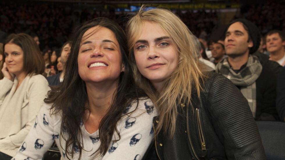 NYTT PAR: Michelle Rodriguez bekrefter ifølge Daily Mirror at hun er sammen med den 14 år yngre modellen Cara Delevingne. Foto: Anthony J. Causi / Splash News/