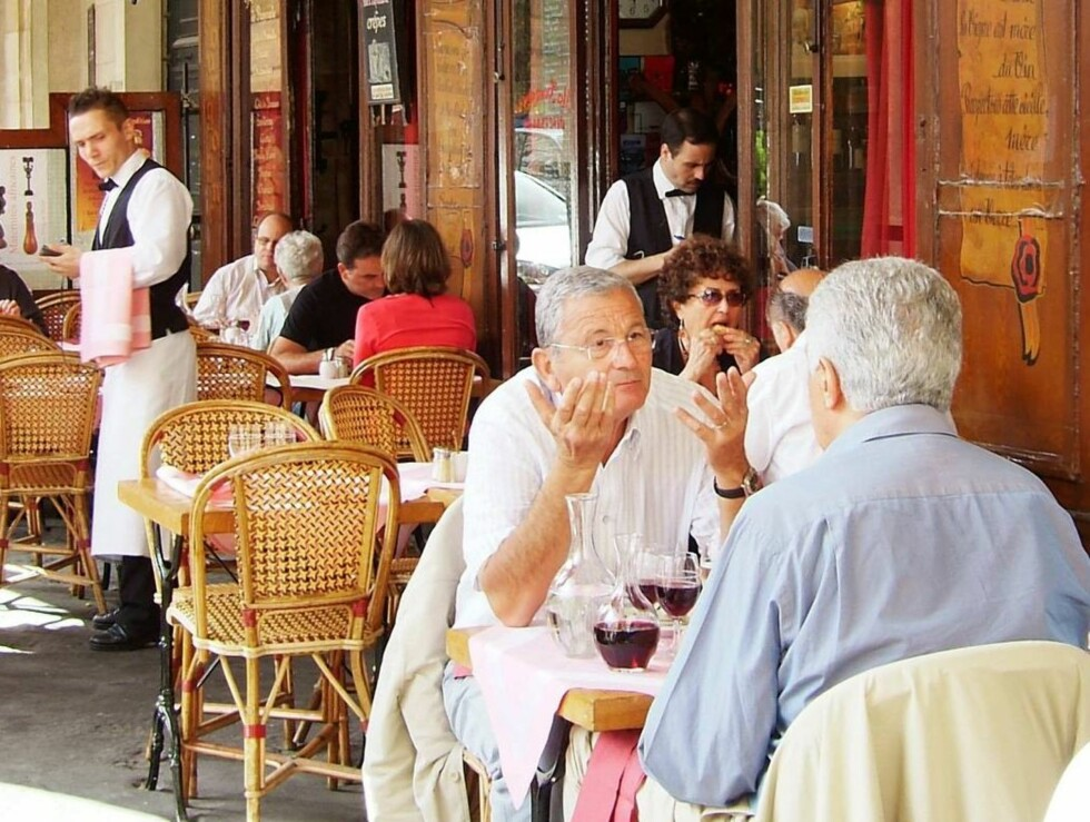 HISTORISK GRUNN: Restaurantene under buegangene rundt Place des Vosges er der Marais startet, da kong Henrik IV etablerte det han kalte Place Royale i 1605. Foto: Erik Valebrokk/Se og Hør