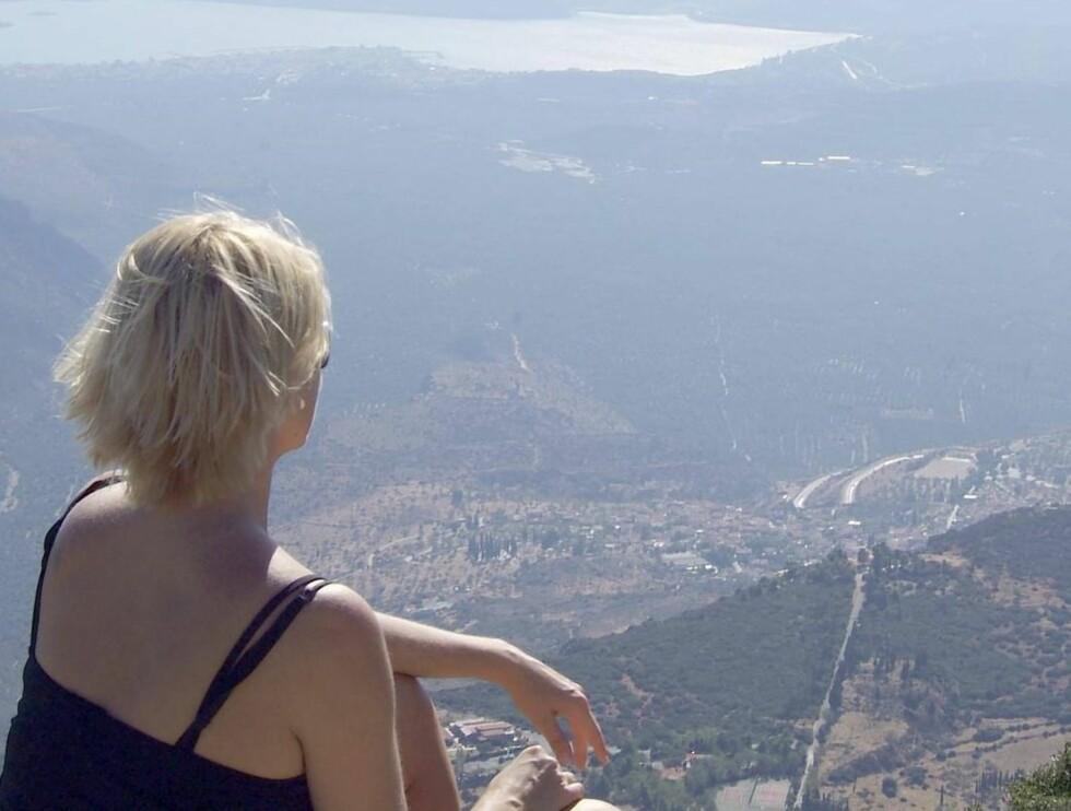 UTSIKTEN I ORDEN: Å skue utover den korintiske gulfen fra Parnassos, #201dgudenes fjell#201d nordvest for Athen, er verdt en spasertur. Foto: Se og Hør
