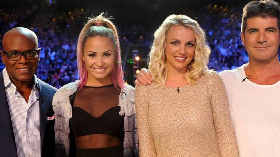 DOMMER: Simon Cowell sitter i dommerpanelen i flere talentkonkurranser. Her fra amerikanske «X-Factor» sammen med kollegaene L.A Reid, Britney Spears og Demi Lovato. Foto: All Over Press