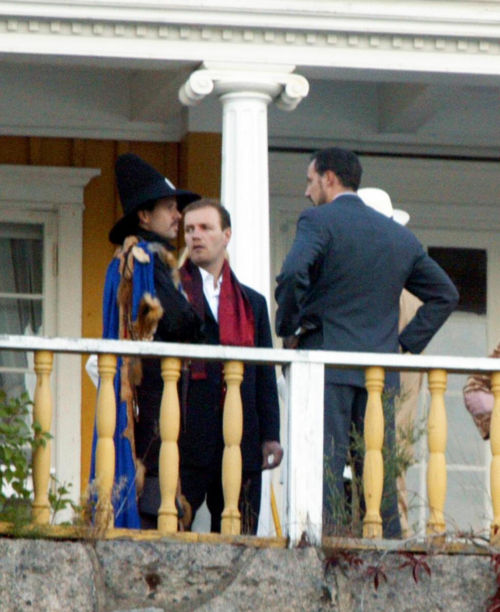 GAMLE VENNER: Bård slår av en prat med kronprins Haakon og Ari Behn da Ari feiret 30-årsdagen sin på Hankø.