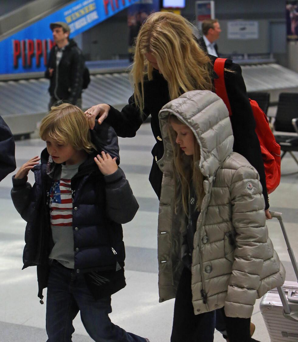 FLYTTEVANT: Barna Apple og Moses er vant med å flytte rundt sammen med foreldrene. De har blant annet bodd i London, New York og Los Angeles. Foto: Splash News/ All Over Press