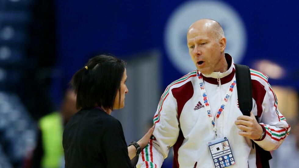 EN INSPIRASJON: Ungarns landslagstrener i håndball, Karl Erik Bøhn, var et forbilde med sin positive innstilling og pågangsmot i kreftsykdommen. Nå minnes og hylles han på Twitter etter hans bortgang ble kjent søndag morgen.  Foto: NTB Scanpix