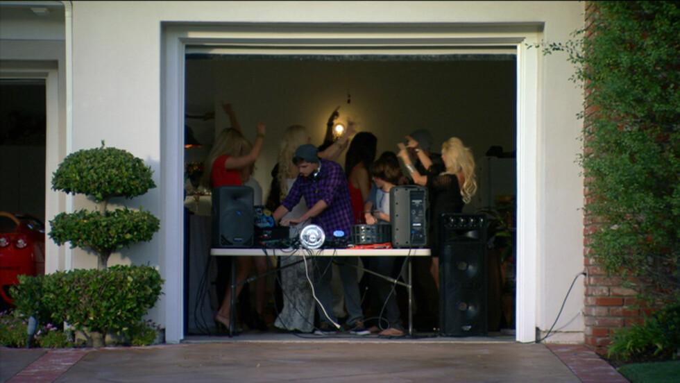 TV-STJERNE: Maria Montazami har vært med i flere sesonger av «Svenske Hollywoodfruer». Her arrangerer hun og familien fest i sin garasje.  Foto: TV3