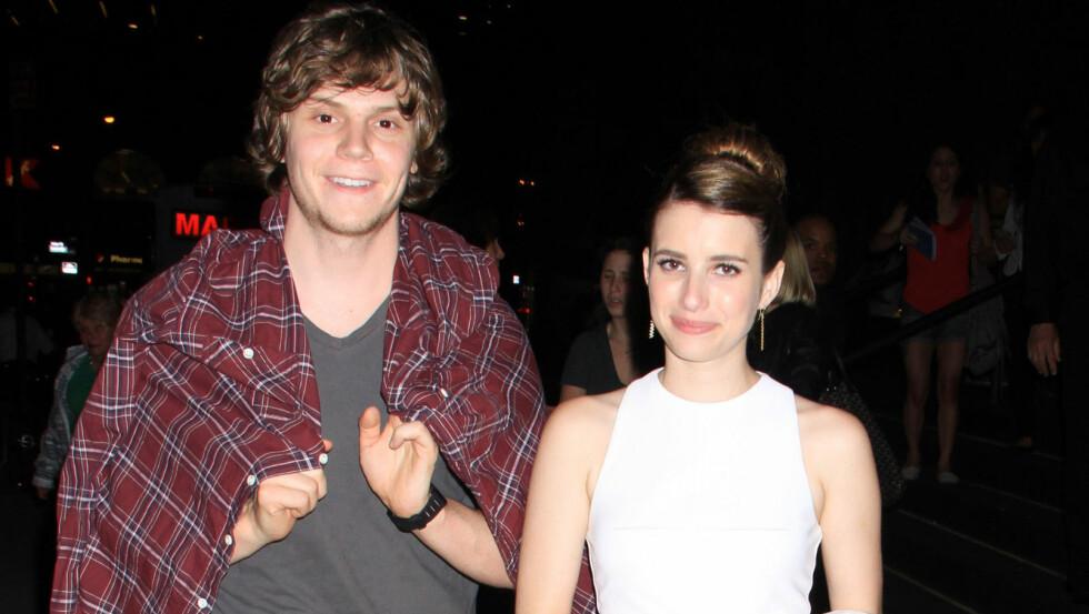RING PÅ FINGEREN: Emma Roberts skal ha sagt ja til å gifte seg med kjæresten gjennom ett år, Evan Peters. Foto: FameFlynet