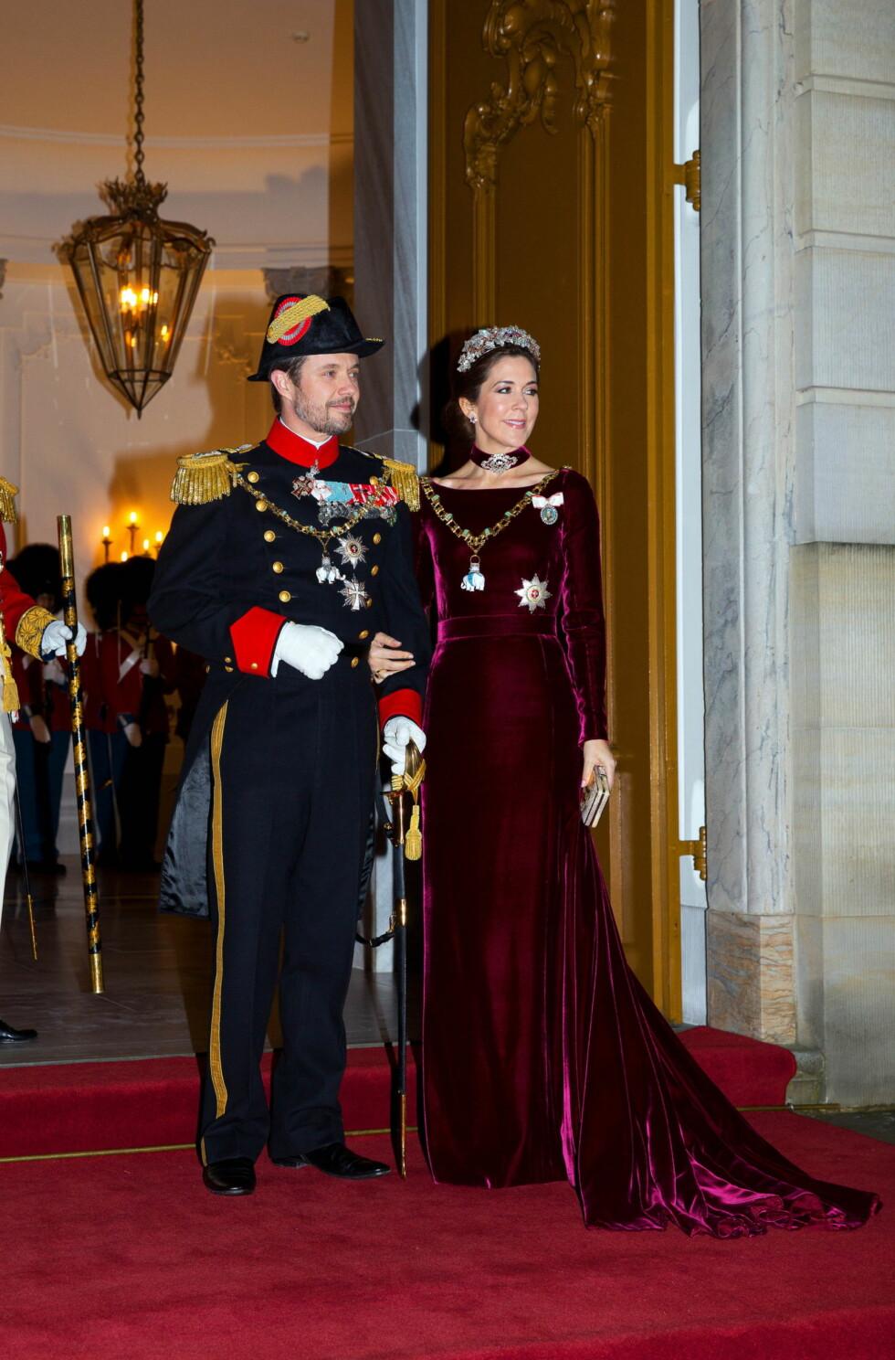 GJENBRUK: Kronprinsesse Mary var kledd i en  velurkjolen, som vi har sett flere ganger tidligere.  Foto: All Over Press