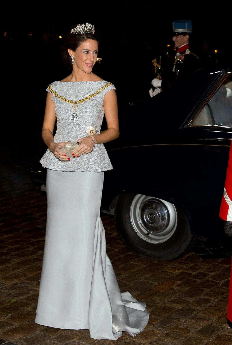 ELEGANT: Prinsesse Marie får skryt langt over landegrensene for valget av denne sølvfargede kreasjonen i peplumsnitt.   Foto: action press/All Over Press