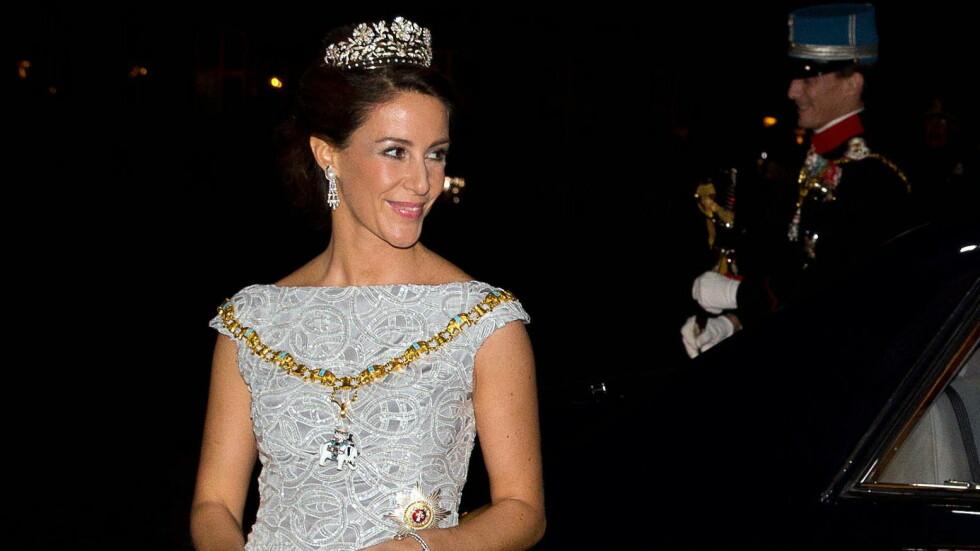 KJOLESEIER: Prinsesse Marie hylles for valget av denne sølvfargede kjolen til årets nyttårstaffel på Amalienborg slott.  Foto: action press/All Over Press