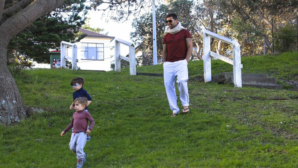 PAPPAKOS: For Ricky Martin betyr de to sønnene Matteo og Valentino alt. De to ble født via surrogatmor i 2008. Her er trioen i en lekepark i Australia i fjor vår. Foto: Stella Pictures