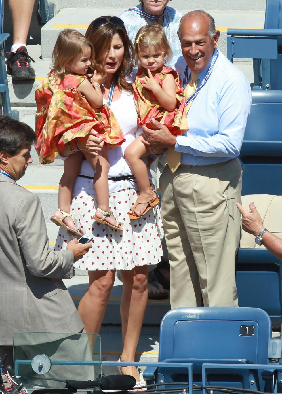 TVILLINGER: Her viser Roger Federers kone Mirka fram deres to tvillingdøtre, Myla og Charlene. Snart blir de to jentene storesøstre. Foto: Stella Pictures