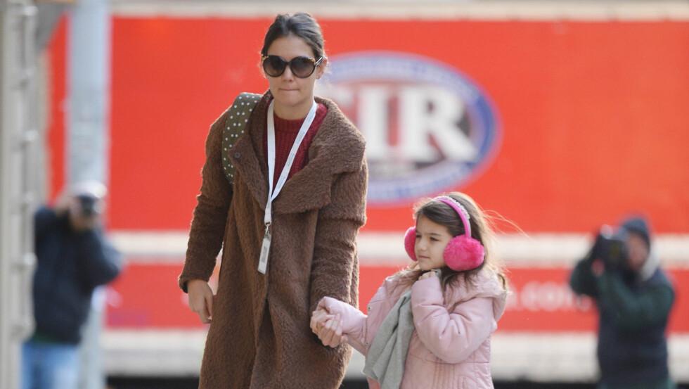 RASER: Den britiske pappagruppen Fathers4Justice mener Katie Holmes gjør alt hun kan i å hindre Tom Cruise fra å treffe datteren Suri. Foto: Splash News/ All Over Press