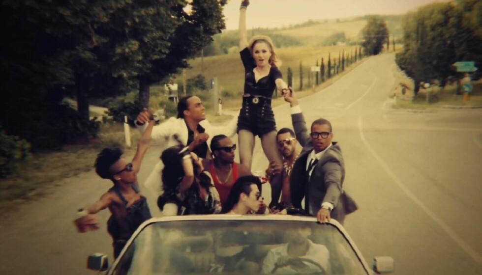 TOK MED KJÆRESTEN PÅ JOBB: Mandag kom Madonnas siste musikkvideo «Turn up the Music», der hennes 29 år yngre kjæreste har fått en rolle. Her holder han Madonnas hånd i et bilde fra videoen.  Foto: Fra videoen