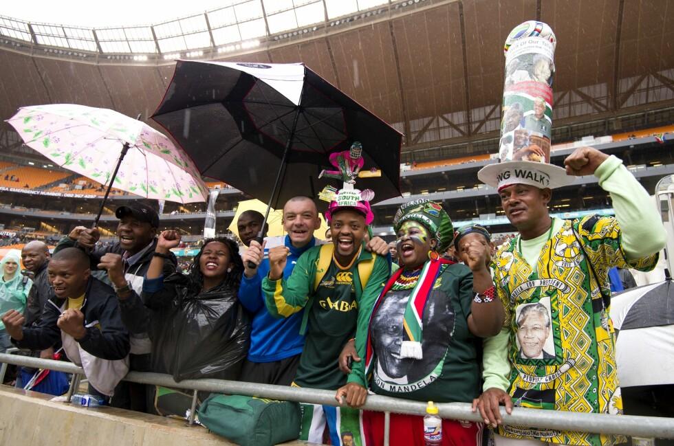 STORT OPPMØTE: Tusenvis av mennesker møtte opp i Johannesburg for å hylle Nelson Mandela under hans minneseremoni. Foto: REX/Tim Rooke/All Over Press