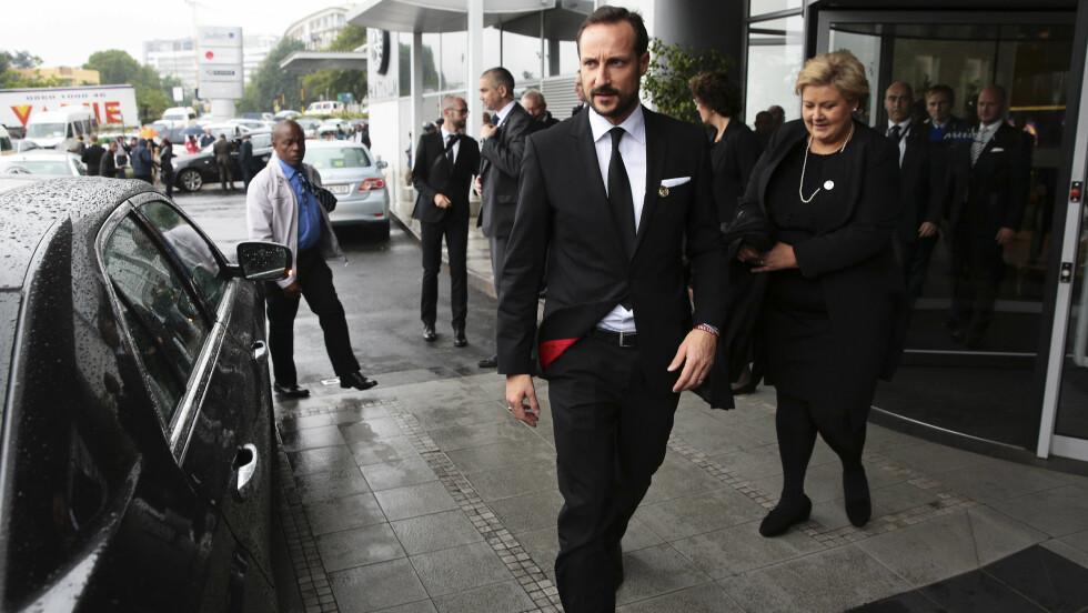 I SØR-AFRIKA: Kronprins Haakon og statsminister Erna Solberg er i Sør-Afrika for å delta under minneseremonien til Nelson Mandela. På venstrearmen hadde han flere armbånd.  Foto: NTB scanpix