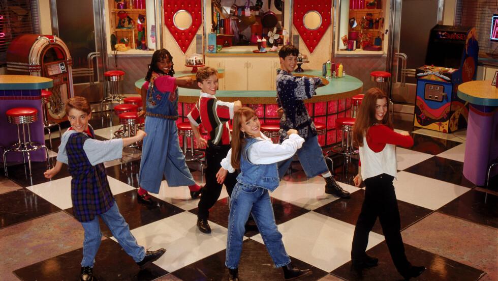 KJÆRESTER: Justin Timberlake og Britney Spears ble kjærester etter deltagelsen i programmet. Britney står foran i midten, flankert av Justin bak til venstre. Bak til høyre ser man en ung Joshua Scott Chasez, kjent fra boybandet N'Sync. Foto: Stella Pictures