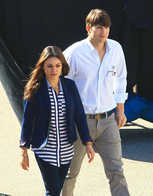 FORELSKET: Etter flere år som venner ble Mila Kunis og Ashton Kutcher kjærester våren 2012. Her fra da hun besøkte Ashton under en filminnspilling i oktober i år. Foto: FameFlynet