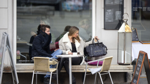 SATSER SAMMEN: Se og Hør publiserte de første bildene av Tone og Markus sammen, fra da de spiste lunsj på Pascal på St. Hanshaugen i Oslo tidligere i høst.  Foto: Andreas Fadum/Se og Hør