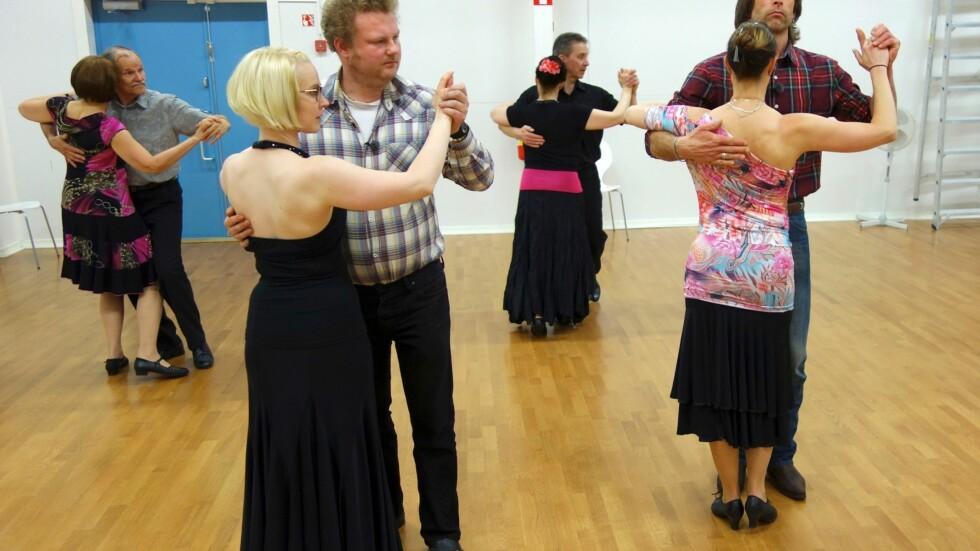DELT DAMEMENING: Imens Ola-Conny Wallgren (t. høyre) trives med oppmerksomhet fra damene, er ikke kompisen Morgan Karlsson (t. venstre) særlig interessert.  Foto: Kanal5/TVNorge