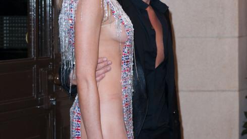 RØDE STREKER: Abbey Clancy hadde tilsynelatende nettopp fått av seg undertøyet da hun poserte sammen med designeren. Foto: Splash News/ All Over Press