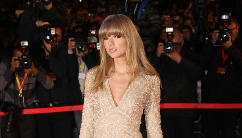 """SEXY: Taylor Swift kom i en utfordrende kjole på den røde løperen i Cannes i forbindelse med NRJ Music i Awards i Frankrike. Hun opptrådte med låten """"Er Are Never Ever Getting Back Together"""". Et lite stikk til eksen? Foto: All Over Press"""