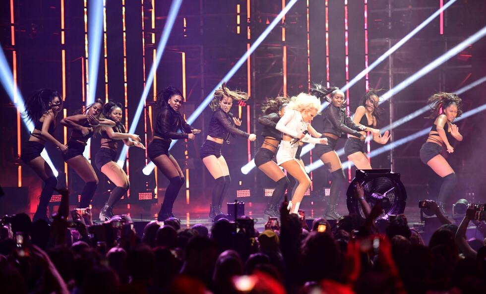 <strong>FARGESPRAKENDE SHOW:</strong> Zara Larsson bidro også med to låter fra scenen under søndagens MTV-utdeling. Foto: Pa Photos